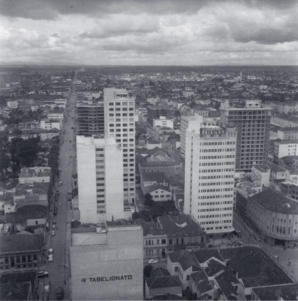 Panorâmica do centro de Curitiba na década de 1950. À direita, o Edifício Pedro Demeterco.