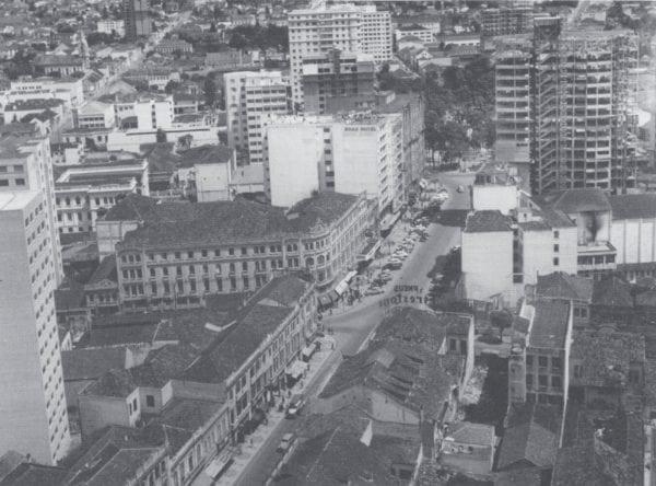 Panorâmica da Rua XV de Novembro na década de 1950. À direita, o Edifício do Hotel Del Rey em construção.
