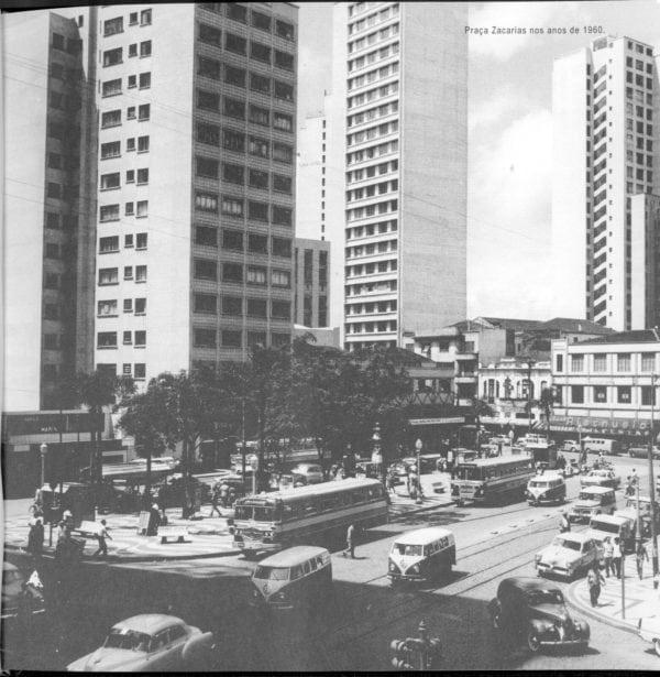 Praça Zacarias na década de 1950. Ao fundo, no centro, o Edifício Santa Maria.