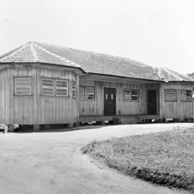 Pavilhão inicial com salas de aula e administração da Escola de Trabalhadores Rurais de Campo Comprido em 1942.