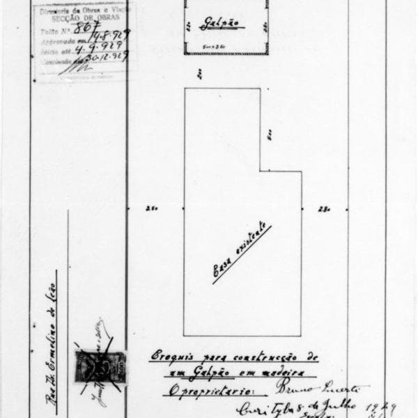 1 - GASTÃO CHAVES & CIA. Projecto para Galpão em madeira. Planta de implantação apresentada em uma prancha. Microfilme digitalizado. Acervo: Arquivo Público Municipal de Curitiba.