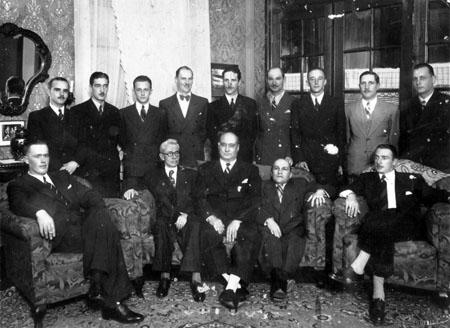 Reunião da comissão para a instalação do CREA no Paraná. No centro sentados:, Gastão Chaves e Eduardo Fernando Chaves.